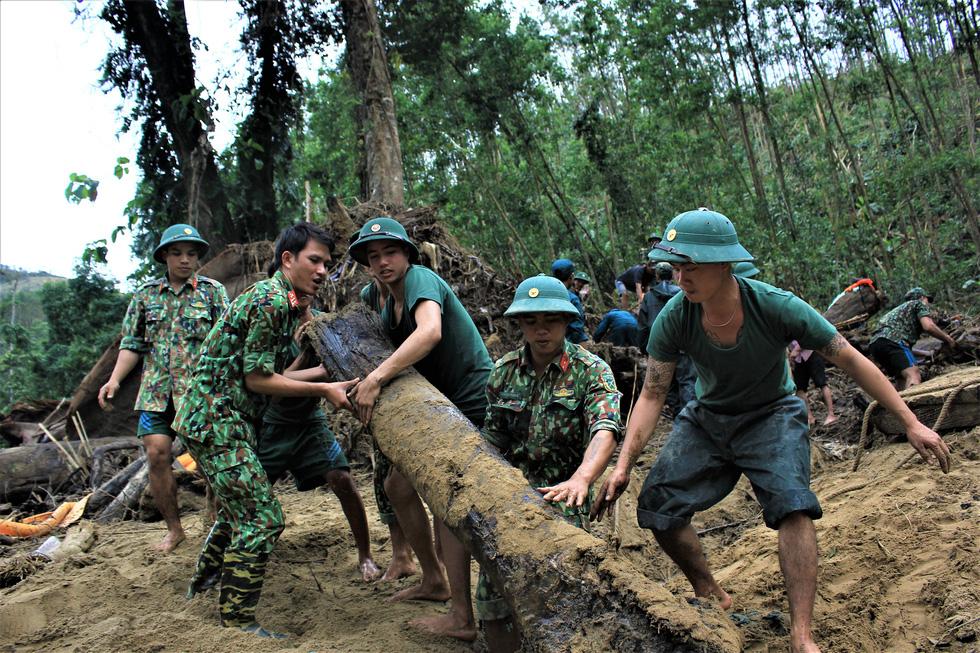 Cào bùn, bới đất tìm tung tích nạn nhân còn mất tích ở Trà Leng - Ảnh 7.