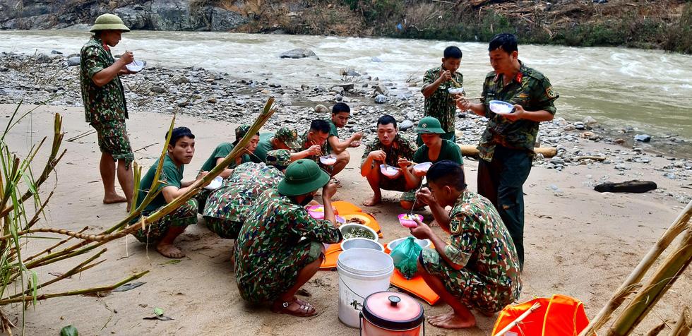 Cào bùn, bới đất tìm tung tích nạn nhân còn mất tích ở Trà Leng - Ảnh 8.