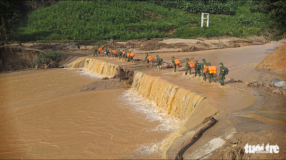 50 cán bộ chiến sĩ vượt suối tràn vào Phước Lộc tìm người mất tích - Ảnh 1.