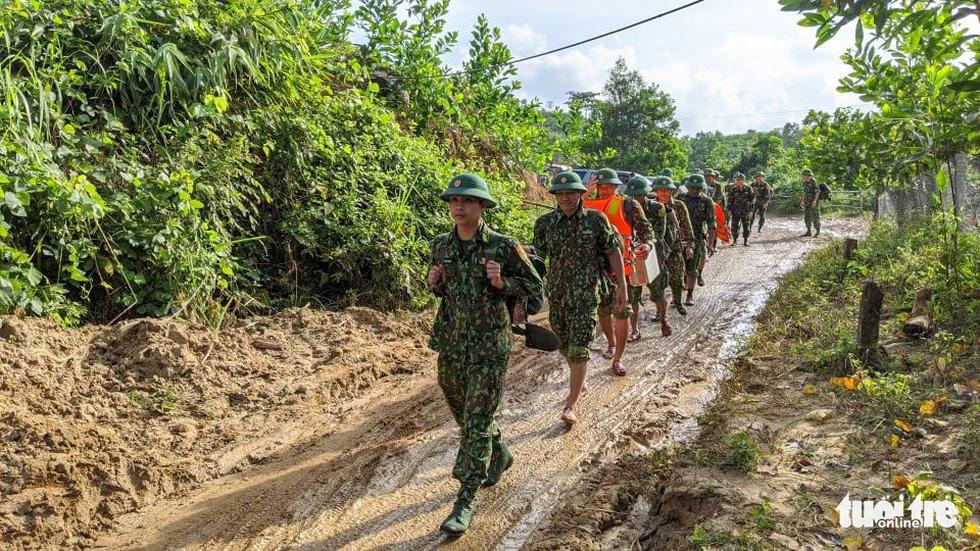 50 cán bộ chiến sĩ vượt suối tràn vào Phước Lộc tìm người mất tích - Ảnh 5.