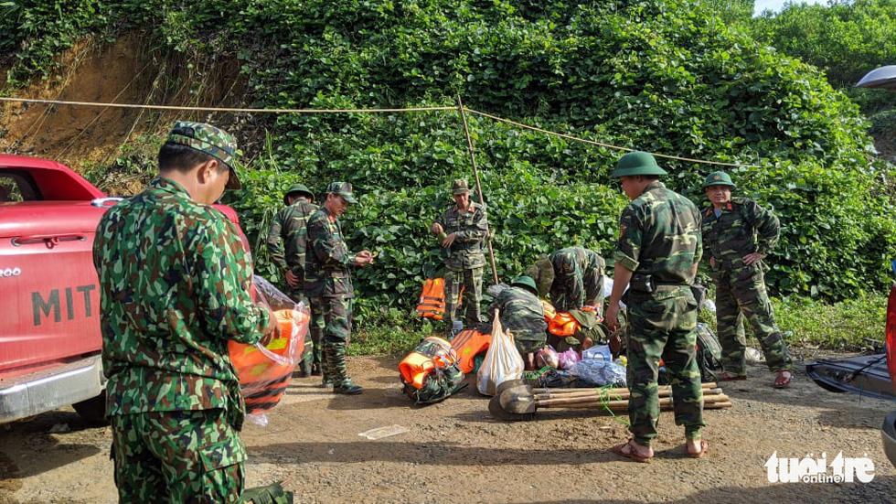 50 cán bộ chiến sĩ vượt suối tràn vào Phước Lộc tìm người mất tích - Ảnh 7.
