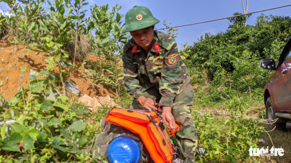 50 cán bộ chiến sĩ vượt suối tràn vào Phước Lộc tìm người mất tích - Ảnh 9.