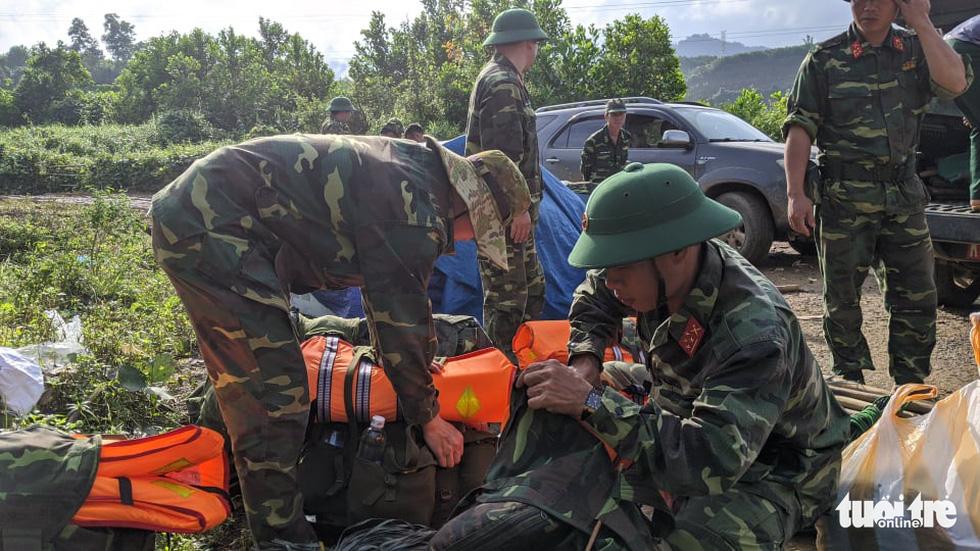 50 cán bộ chiến sĩ vượt suối tràn vào Phước Lộc tìm người mất tích - Ảnh 8.