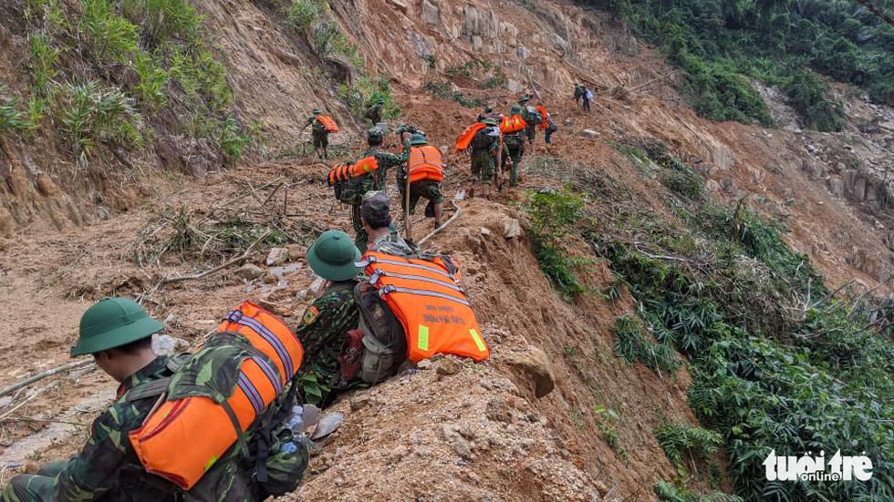50 cán bộ chiến sĩ vượt suối tràn vào Phước Lộc tìm người mất tích - Ảnh 2.