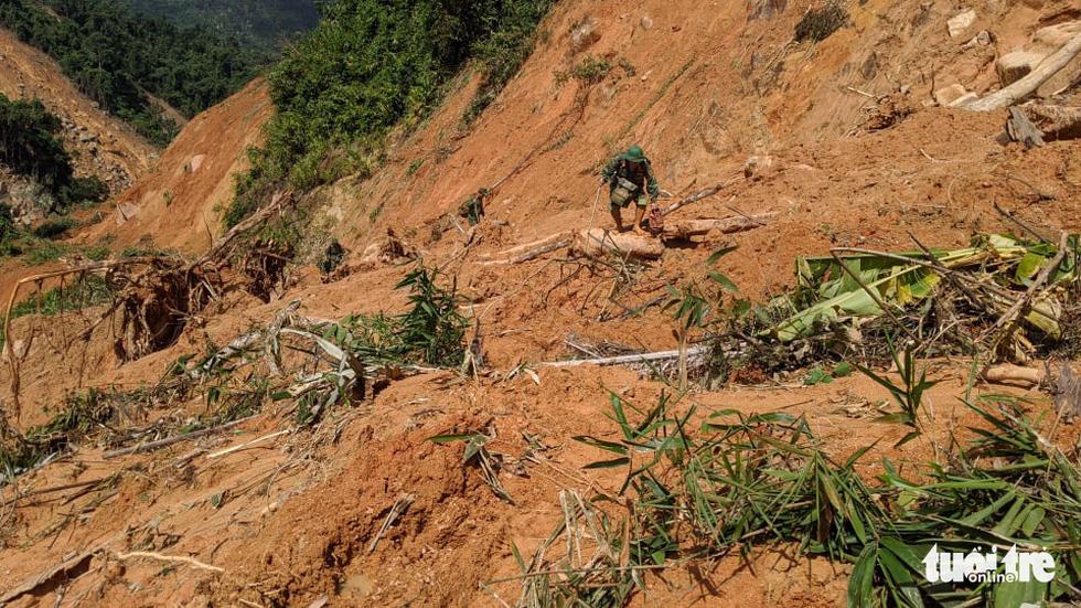 50 cán bộ chiến sĩ vượt suối tràn vào Phước Lộc tìm người mất tích - Ảnh 6.