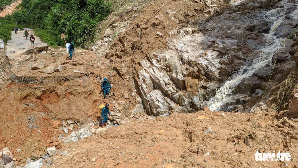 50 cán bộ chiến sĩ vượt suối tràn vào Phước Lộc tìm người mất tích - Ảnh 4.