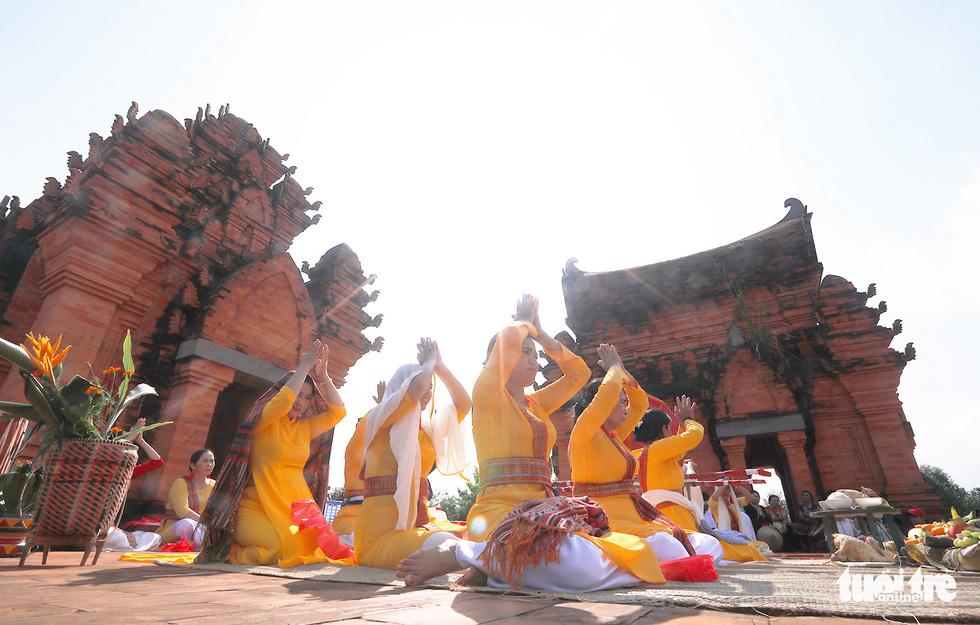 Tái hiện lễ hội Katê rực rỡ sắc màu của người Chăm - Ảnh 1.