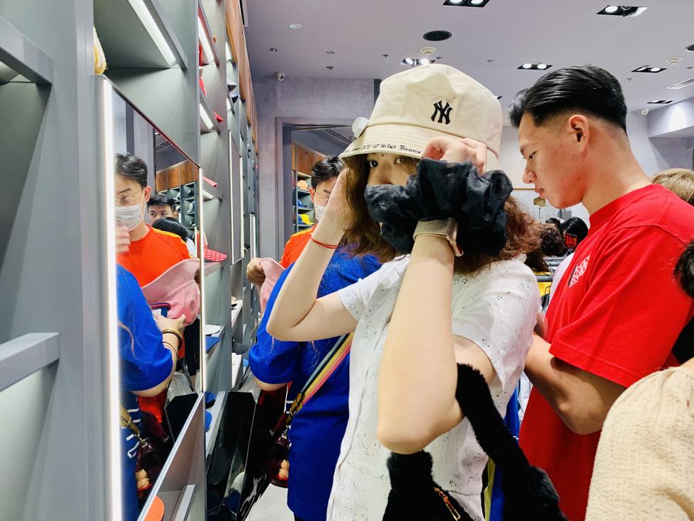 TP.HCM: đổ dồn về trung tâm thương mại săn sale Black Friday - Ảnh 2.