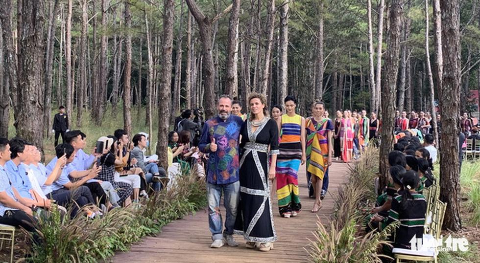 Hoàng Thùy, Thúy Ngân rạng rỡ trong trang phục thổ cẩm giữa rừng thông Đắk Nông - Ảnh 4.