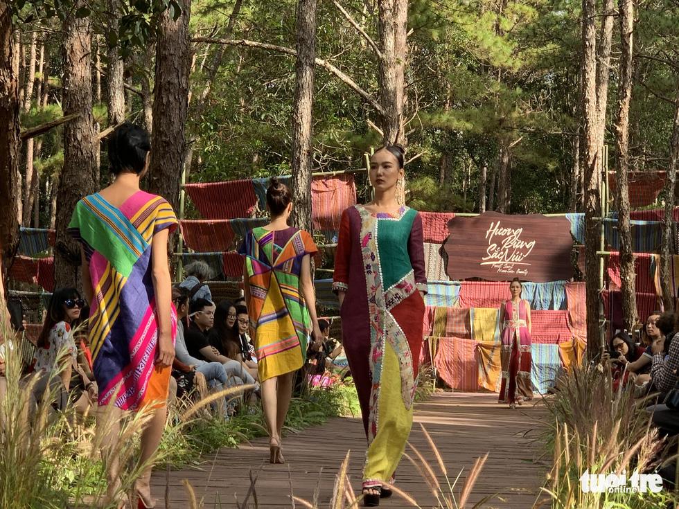 Hoàng Thùy, Thúy Ngân rạng rỡ trong trang phục thổ cẩm giữa rừng thông Đắk Nông - Ảnh 2.