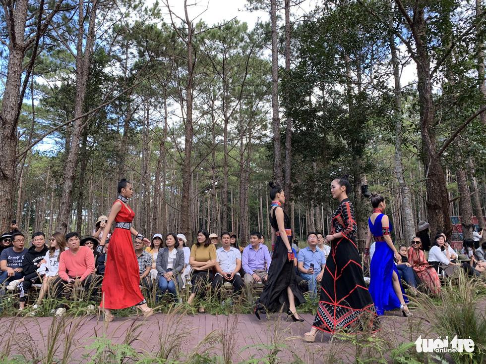 Hoàng Thùy, Thúy Ngân rạng rỡ trong trang phục thổ cẩm giữa rừng thông Đắk Nông - Ảnh 3.