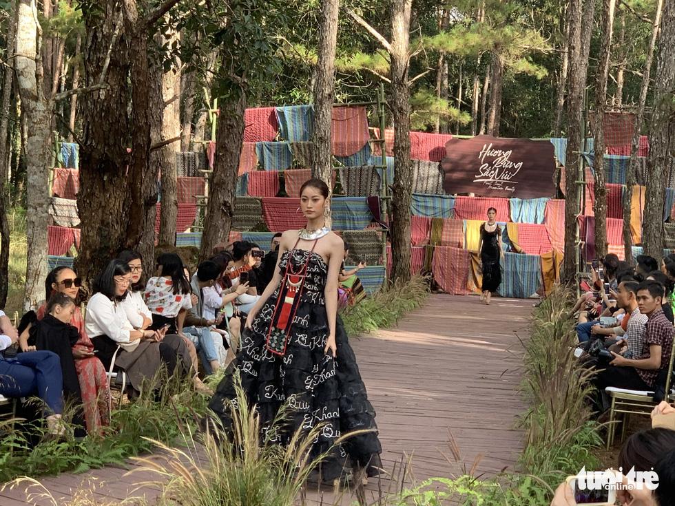 Hoàng Thùy, Thúy Ngân rạng rỡ trong trang phục thổ cẩm giữa rừng thông Đắk Nông - Ảnh 9.