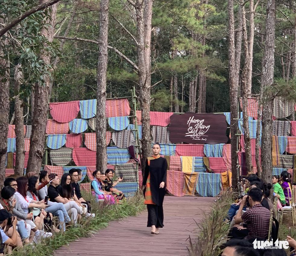 Hoàng Thùy, Thúy Ngân rạng rỡ trong trang phục thổ cẩm giữa rừng thông Đắk Nông - Ảnh 6.