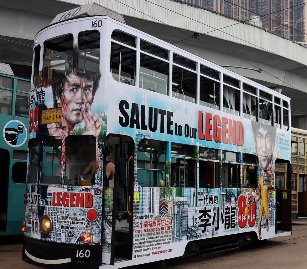 Hong Kong kỷ niệm 80 năm ngày sinh Lý Tiểu Long với chủ đề xe điện - Ảnh 1.