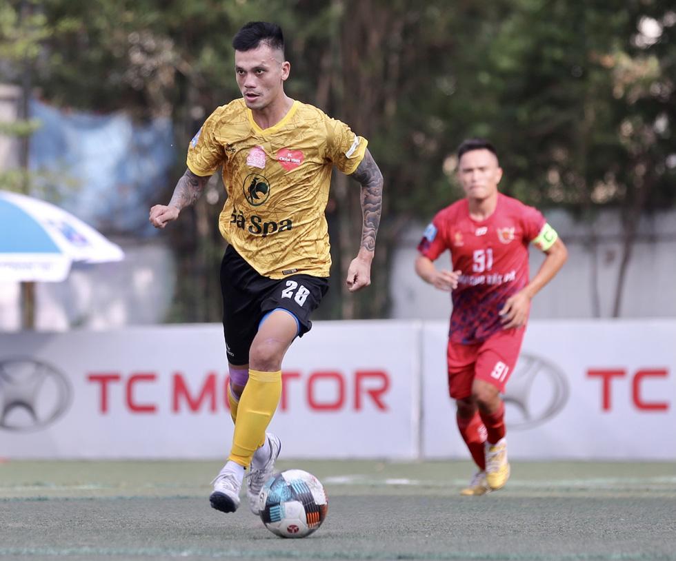 Các ngôi sao V-League khuấy động bóng đá phong trào TP.HCM - Ảnh 1.
