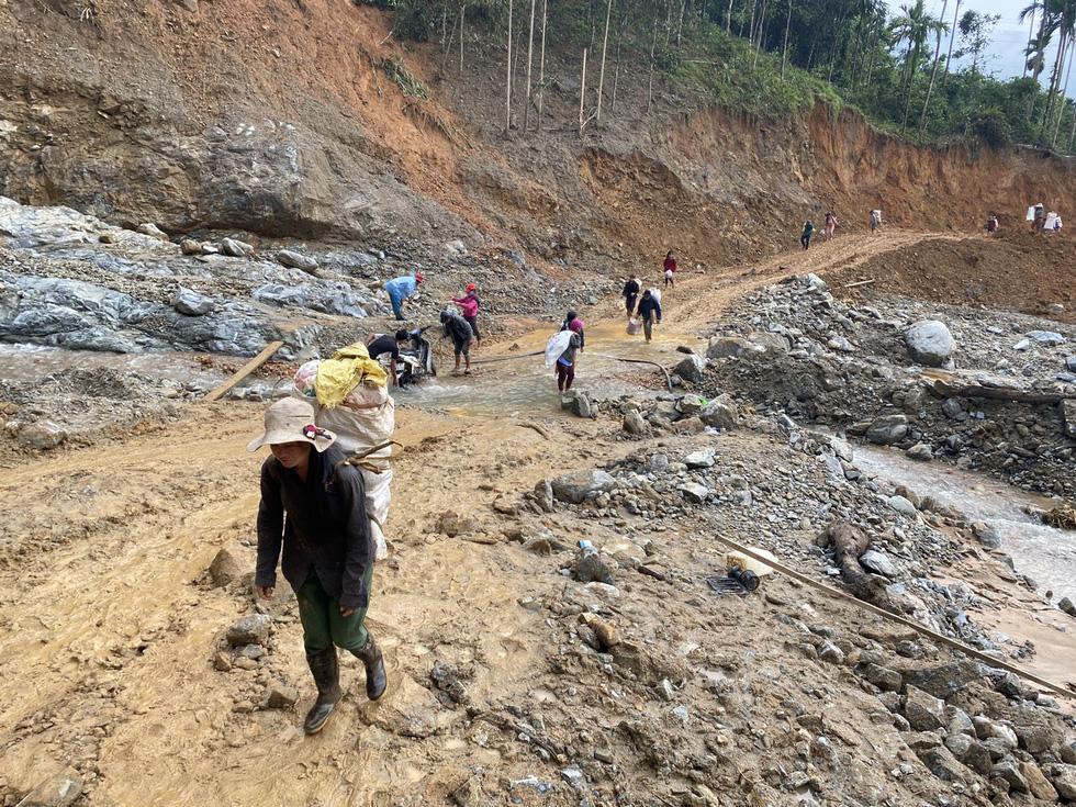 Lo sạt lở trở lại, Trà Leng gấp rút sơ tán dân chạy bão - Ảnh 13.