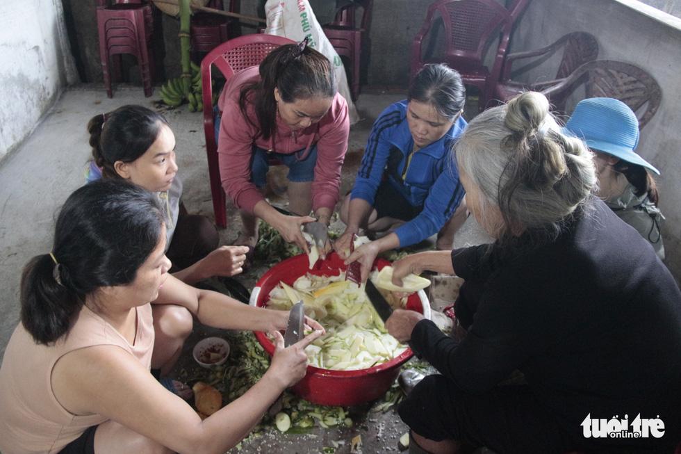 Hội chị em nấu cơm gửi đồng bào vùng lũ: Họ ấm thì mình vui - Ảnh 7.