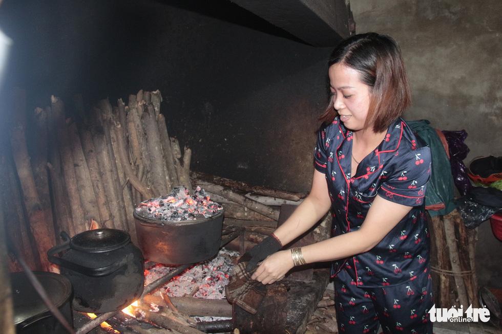 Hội chị em nấu cơm gửi đồng bào vùng lũ: Họ ấm thì mình vui - Ảnh 2.