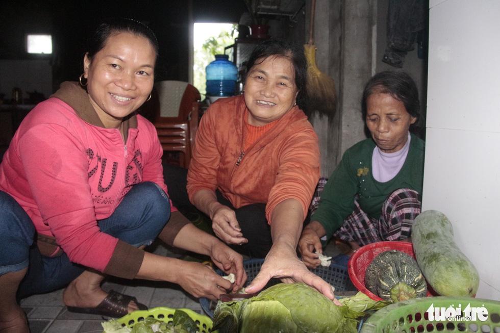 Hội chị em nấu cơm gửi đồng bào vùng lũ: Họ ấm thì mình vui - Ảnh 8.