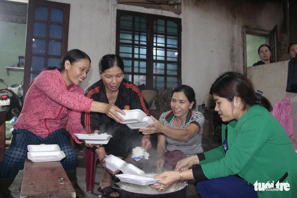 Hội chị em nấu cơm gửi đồng bào vùng lũ: Họ ấm thì mình vui - Ảnh 1.