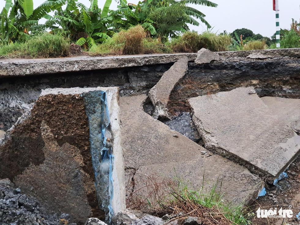 Hố tử thần rộng cả trăm mét vuông, nuốt chửng nhiều cây trồng - Ảnh 2.