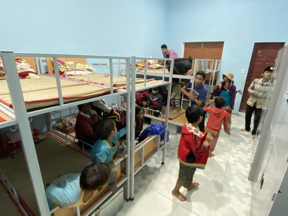 Lo sạt lở trở lại, Trà Leng gấp rút sơ tán dân chạy bão - Ảnh 10.
