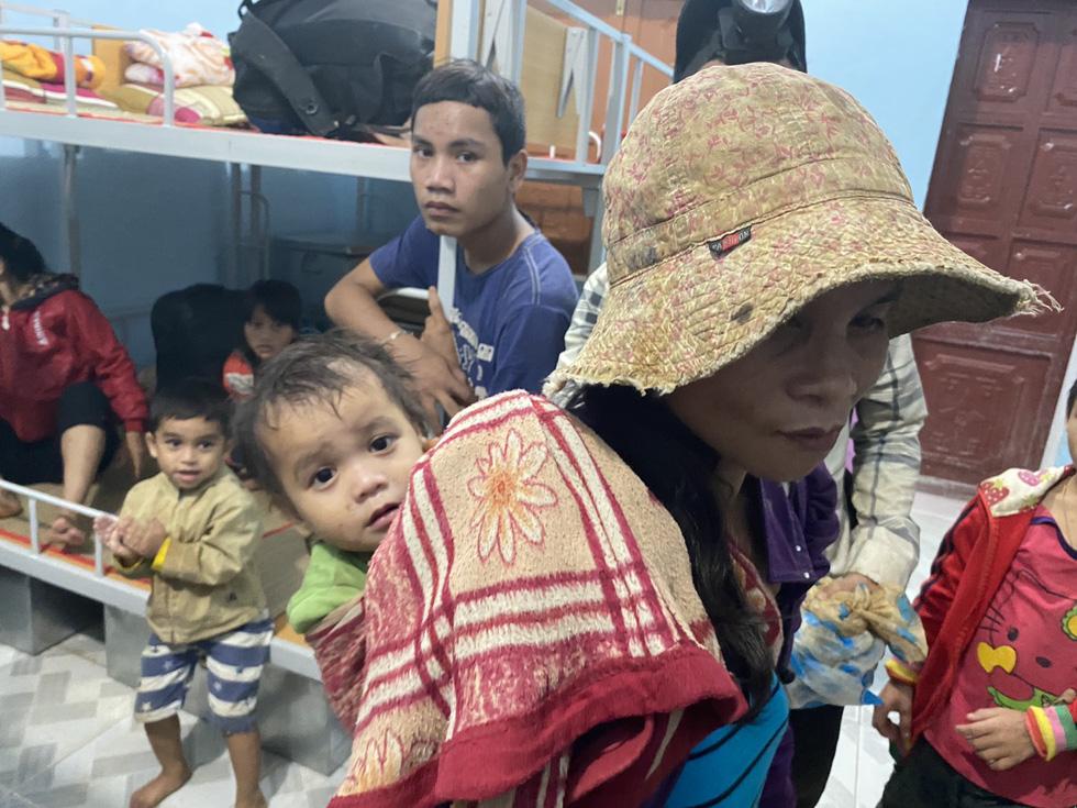 Lo sạt lở trở lại, Trà Leng gấp rút sơ tán dân chạy bão - Ảnh 12.