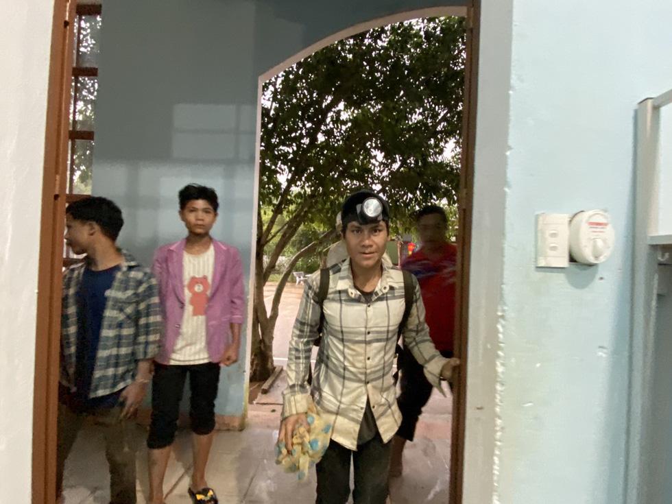 Lo sạt lở trở lại, Trà Leng gấp rút sơ tán dân chạy bão - Ảnh 7.