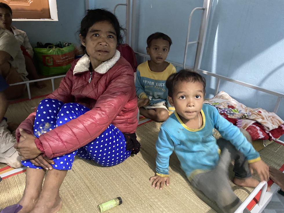 Lo sạt lở trở lại, Trà Leng gấp rút sơ tán dân chạy bão - Ảnh 9.