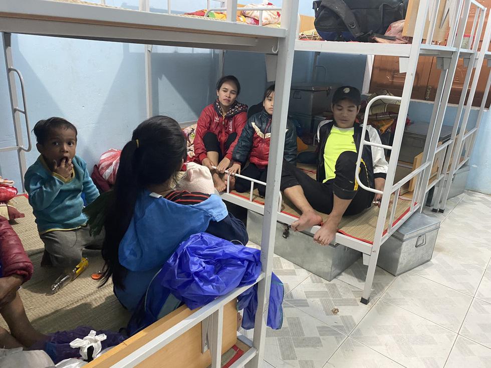 Lo sạt lở trở lại, Trà Leng gấp rút sơ tán dân chạy bão - Ảnh 1.