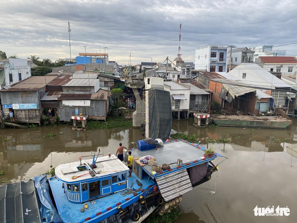 Xe tải chở 15 tấn lúa gây sập cầu Thiên Hộ rơi xuống kênh - Ảnh 2.