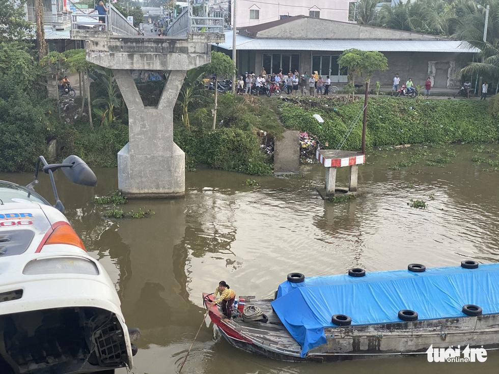 Xe tải chở 15 tấn lúa gây sập cầu Thiên Hộ rơi xuống kênh - Ảnh 4.