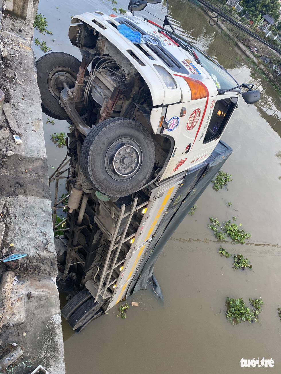 Xe tải chở 15 tấn lúa gây sập cầu Thiên Hộ rơi xuống kênh - Ảnh 7.