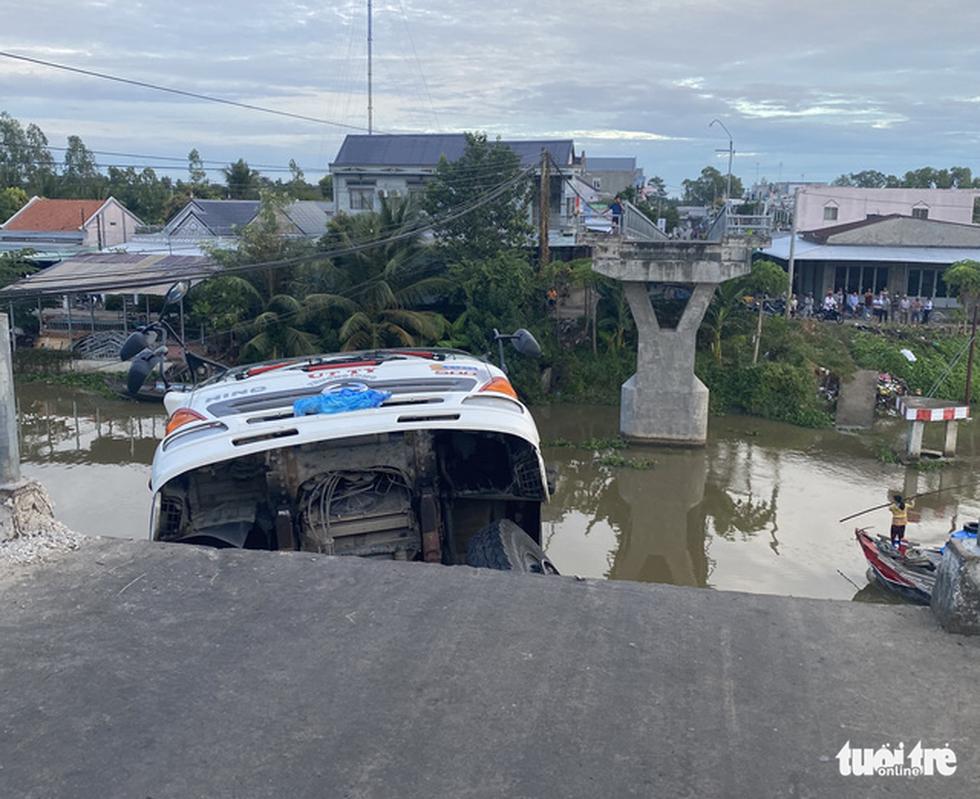 Xe tải chở 15 tấn lúa gây sập cầu Thiên Hộ rơi xuống kênh - Ảnh 3.