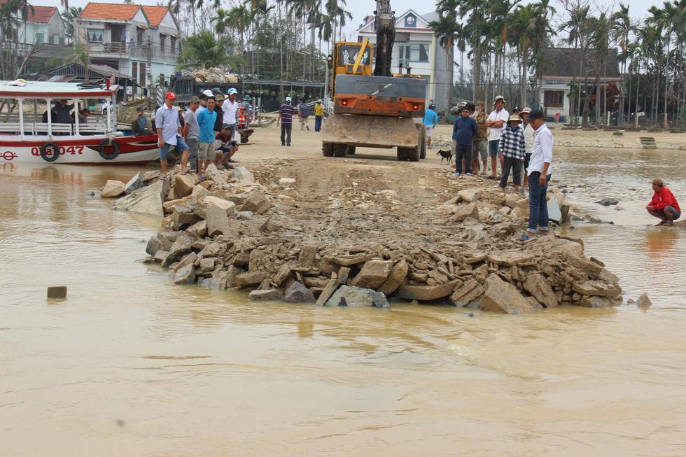 Dân làng chung tay sửa lại đập vỡ, thông đường vào khu vực bị cô lập - Ảnh 4.