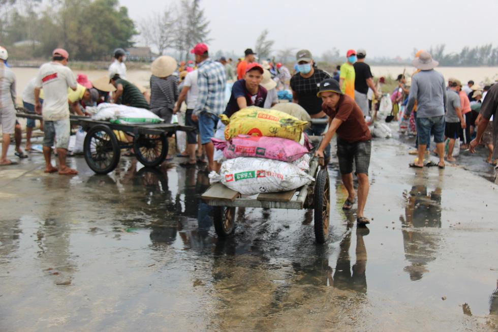 Dân làng chung tay sửa lại đập vỡ, thông đường vào khu vực bị cô lập - Ảnh 9.