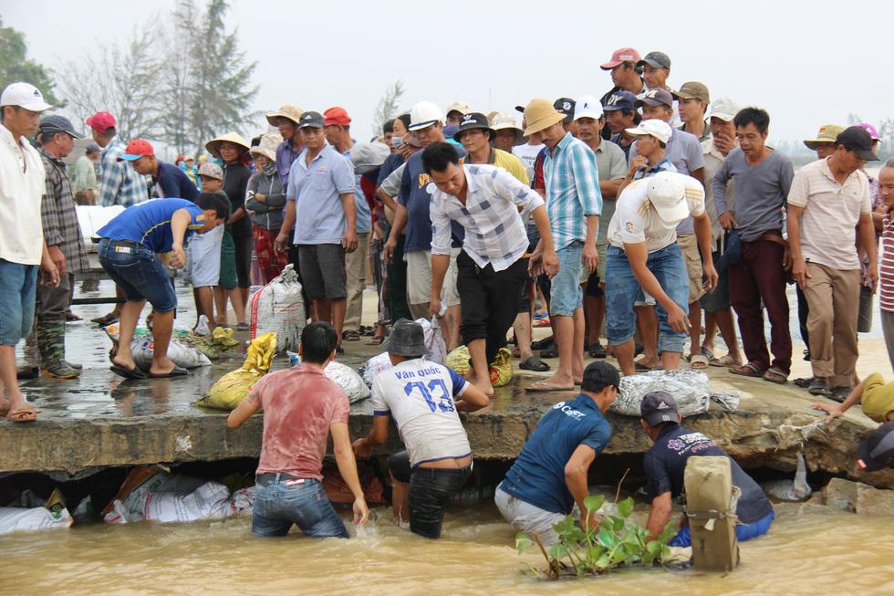 Dân làng chung tay sửa lại đập vỡ, thông đường vào khu vực bị cô lập - Ảnh 3.