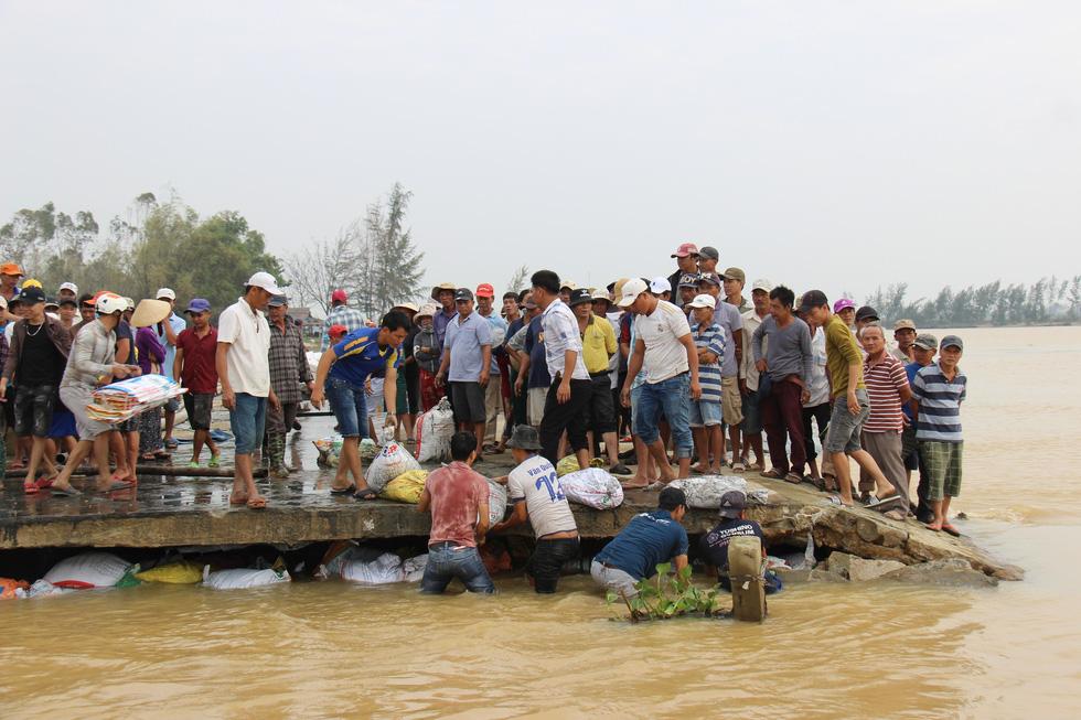 Dân làng chung tay sửa lại đập vỡ, thông đường vào khu vực bị cô lập - Ảnh 7.