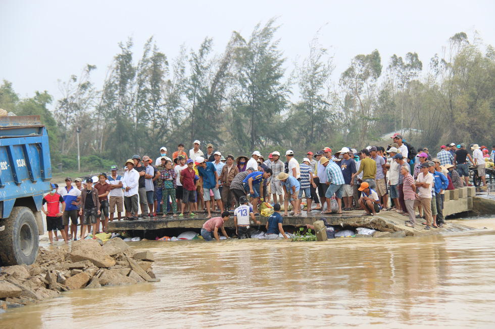 Dân làng chung tay sửa lại đập vỡ, thông đường vào khu vực bị cô lập - Ảnh 2.
