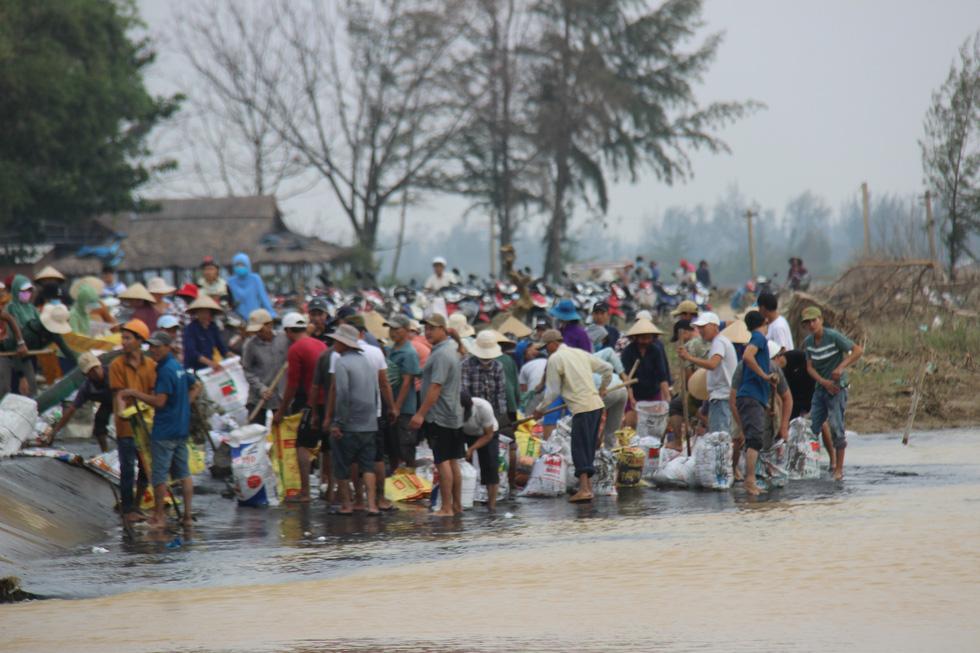 Dân làng chung tay sửa lại đập vỡ, thông đường vào khu vực bị cô lập - Ảnh 8.