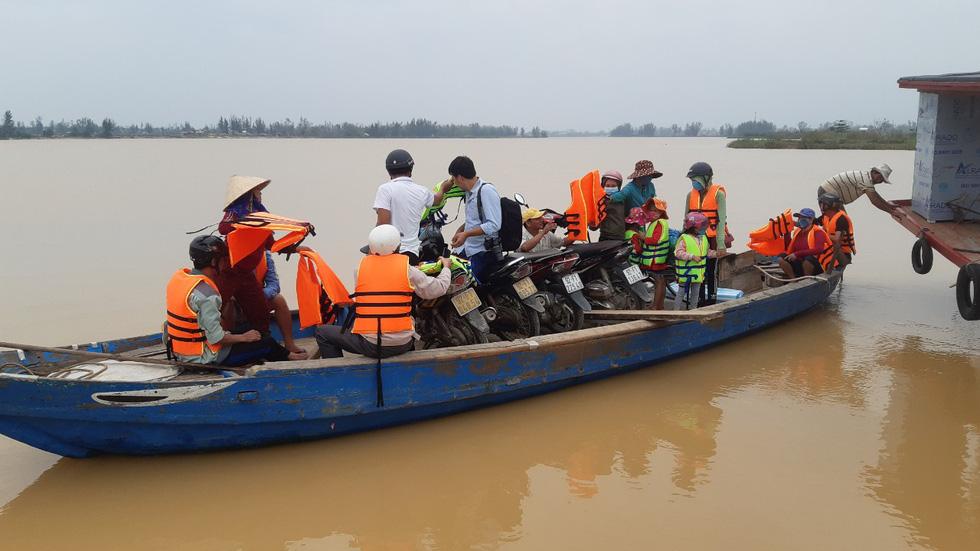 Dân làng chung tay sửa lại đập vỡ, thông đường vào khu vực bị cô lập - Ảnh 5.
