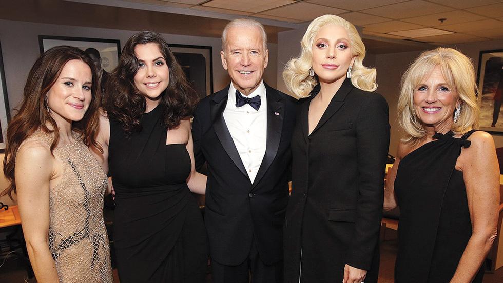 Ông Biden và mối quan hệ thân tình với các sao Hollywood - Ảnh 1.