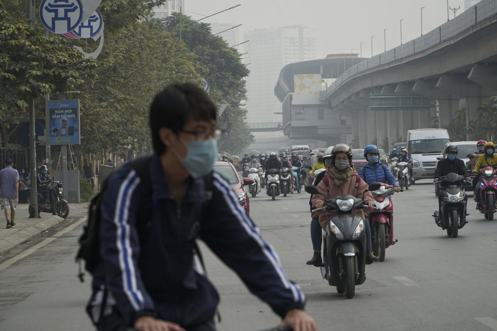 Sáng 10-12, trời Hà Nội mờ đục trong nắng vì ô nhiễm nghiêm trọng - Ảnh 3.