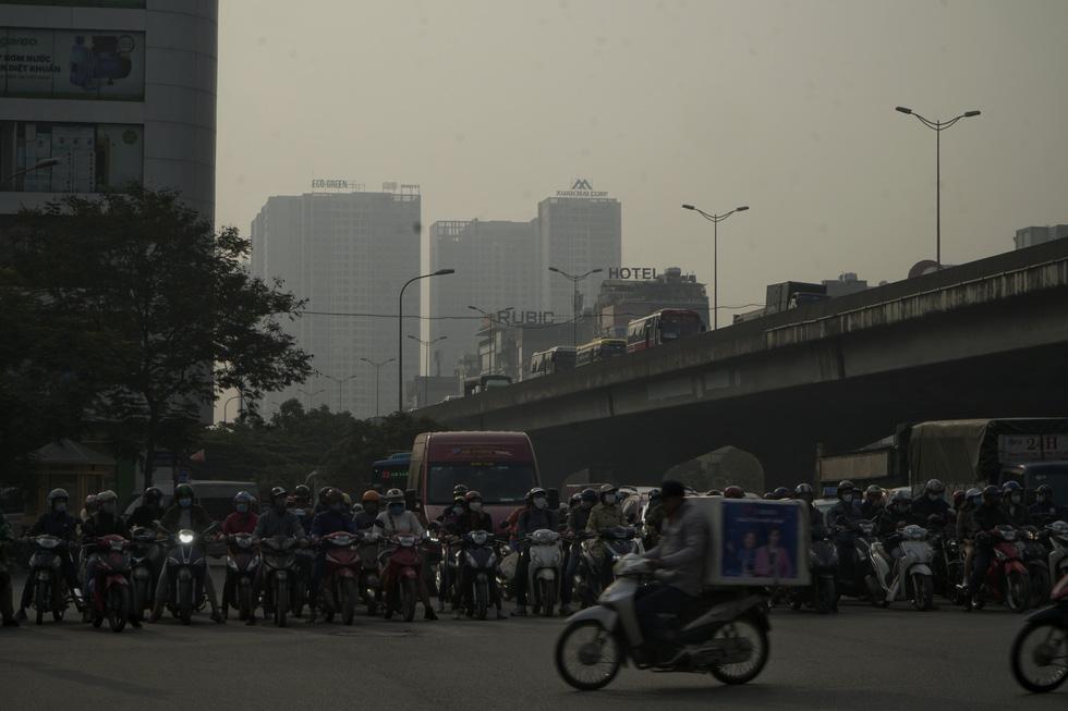 Sáng 10-12, trời Hà Nội mờ đục trong nắng vì ô nhiễm nghiêm trọng - Ảnh 4.