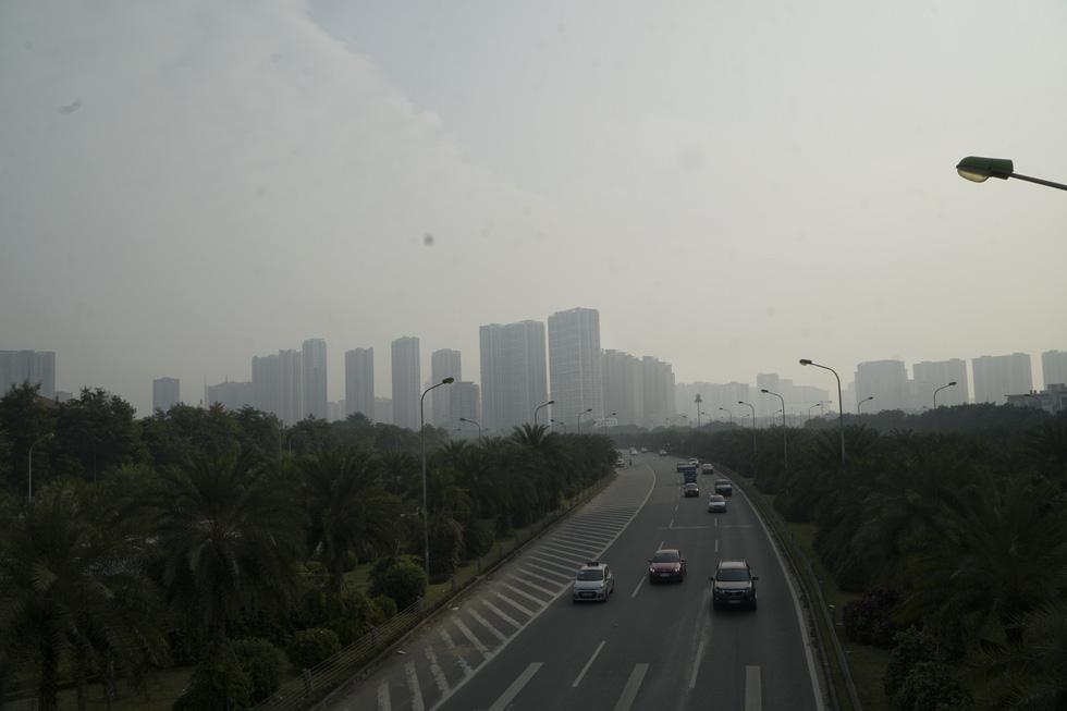 Sáng 10-12, trời Hà Nội mờ đục trong nắng vì ô nhiễm nghiêm trọng - Ảnh 1.