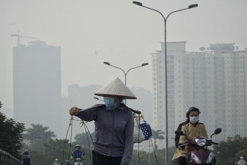 Sáng 10-12, trời Hà Nội mờ đục trong nắng vì ô nhiễm nghiêm trọng - Ảnh 7.