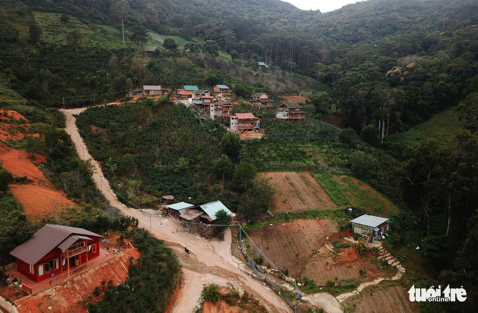 Cưỡng chế tháo dỡ làng biệt thự xây trái phép trên đất rừng ở Đà Lạt - Ảnh 1.