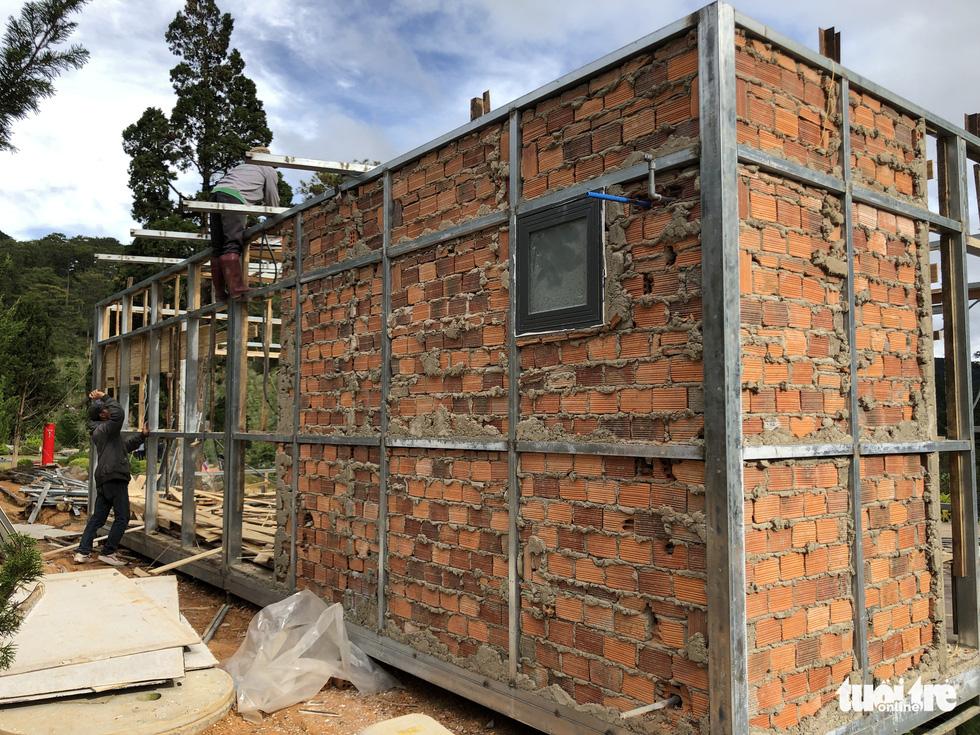 Cưỡng chế tháo dỡ làng biệt thự xây trái phép trên đất rừng ở Đà Lạt - Ảnh 2.