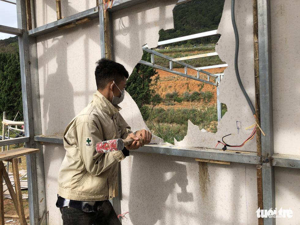 Cưỡng chế tháo dỡ làng biệt thự xây trái phép trên đất rừng ở Đà Lạt - Ảnh 3.