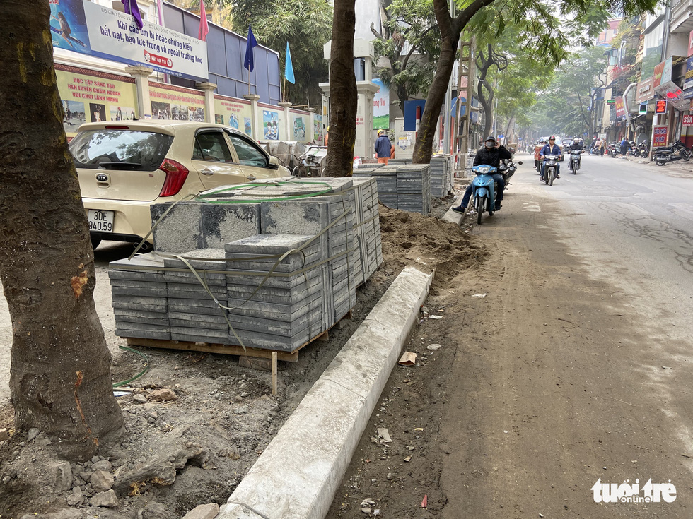 Ổ voi, ổ gà trên vỉa hè các phố trung tâm Hà Nội - Ảnh 8.